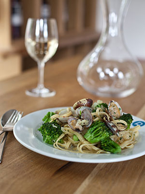 Linguine with broccoli and clams
